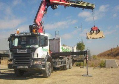 Camion-grua-elevando-carga