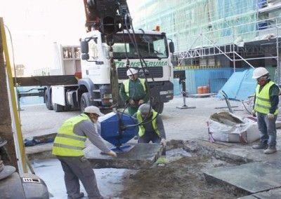 Camion-grua-en-labores-de-mantenimiento-