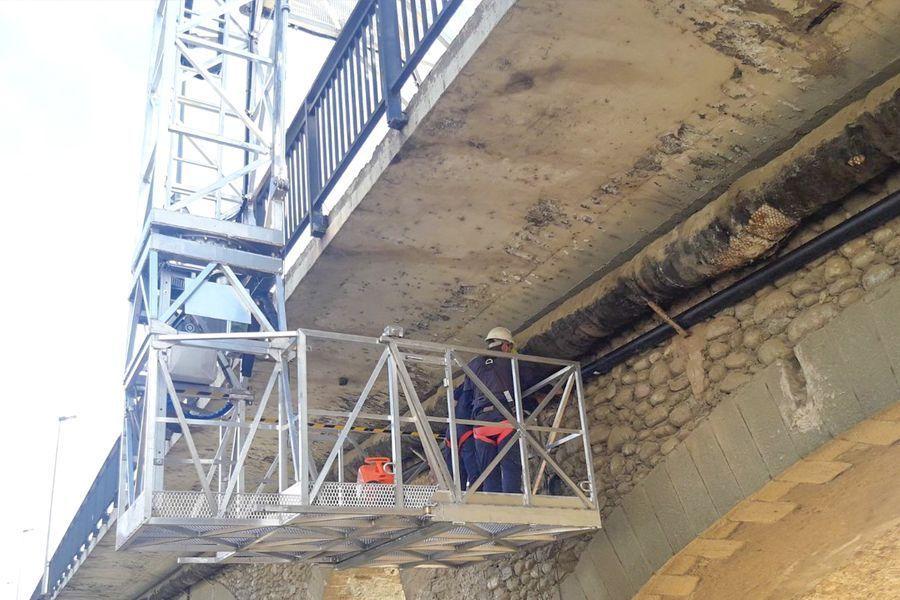 Plataforma elevadora de personal para mantenimiento de estructuras.