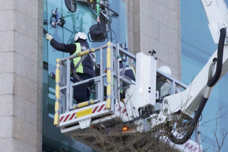 Plataforma elevadora de personal sobre camion para colocacion de vidrio en altura