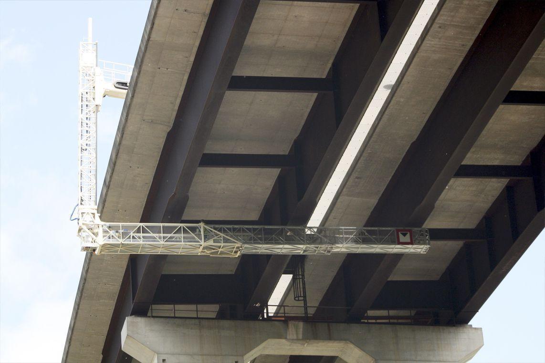 Plataforma elevadora de personal para mantenimiento de puentes y viaductos