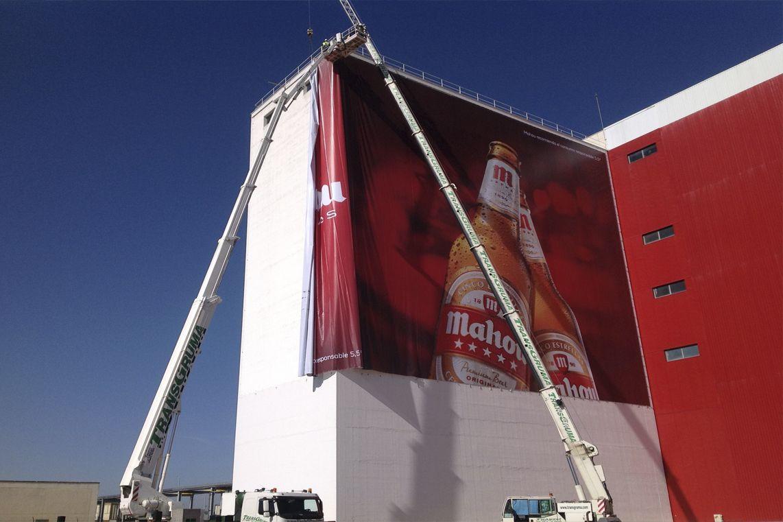 Plataforma elevadora sobre camion para rotulación de gran formato